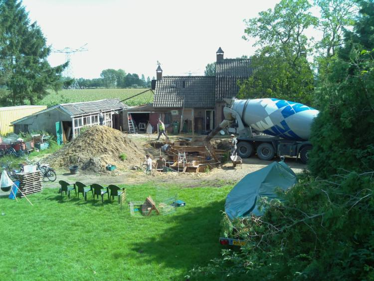Beton storten voor de keldermuren